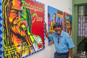 El artista plástico Javier Flórez B con su obra